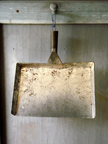 shaker dustpan